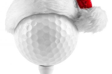 golfball auf tee mit weihnachtsmütze